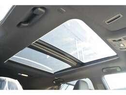 ■メーカーオプションのパノラマルーフが装備されておりますので、車内に心地いい開放感を与えてくれます。