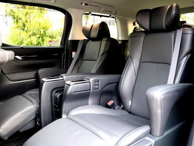 本革シートの個別シート、エグゼクティブパワーシート装備♪左右に肘置きがあり、ラグジュアリー感・高級感があります。肘置きでシートが空間が制限されているので個室感がありますね★