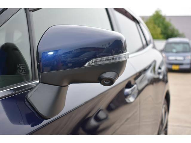 助手席側トドアミラーに装着されたカメラの映像をマルチファンクションディスプレイに表示。死角となる自車の左前方の様子を確認出来ます。