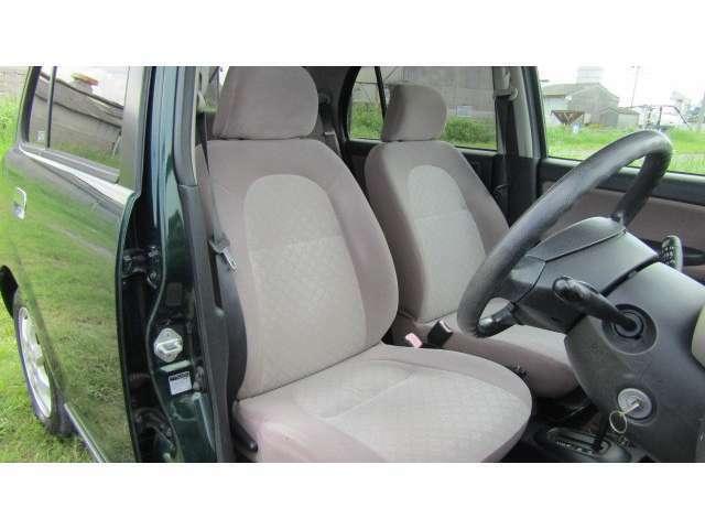 運転席、助手席に目立ったシミや汚れ等無く、大きなシミや汚れ等無く、綺麗な状態です♪