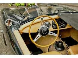 ウッドのステアリングホイールは当時のTRシリーズ用のダーリントンステア。稀少で入手不可な逸品です。