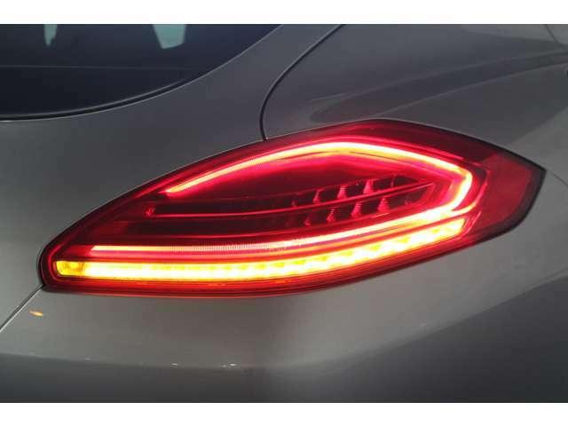 後期モデルよりテールランプ意匠変更、LEDの光り方がより新しさを感じるテールランプへとアップデートされた後期モデル