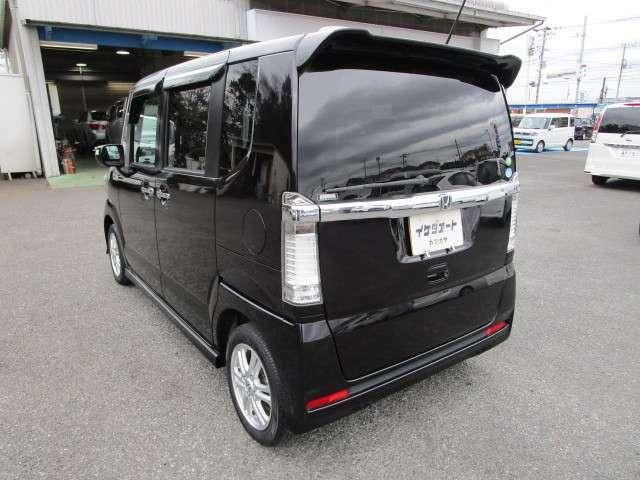 N-BOXカスタムの左リヤビュー リヤ廻りは、高熱線吸収/UVカット&プライバシーガラスで、車内の赤外線/紫外線/プライバシーをシャットアウト