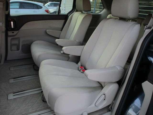 後部座席のシートはキャプテンシートになっており座面も大きく座り心地も良好です♪シートにキレや破れ焦げ穴等も有りません♪折りたたみ式の肘置きも完備されております♪