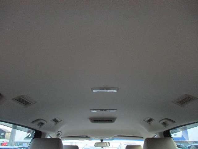 Bプラン画像:天井が高く窮屈感を感じない車内です♪窓も大きいので開放感もございます♪天張りに目立つ汚れや嫌な臭い等も無くキレイで清潔感のある車内になっております♪