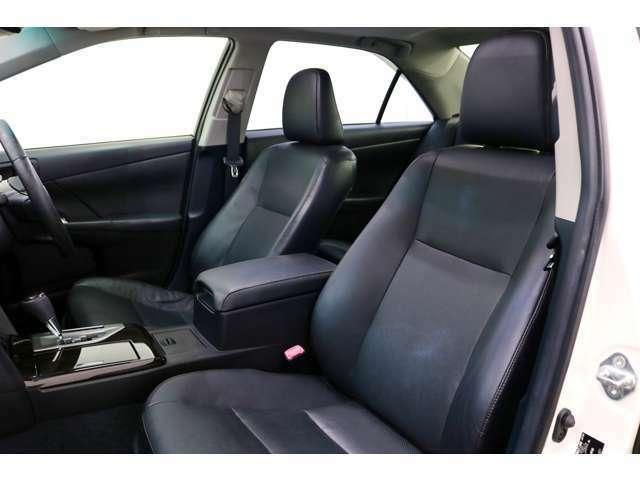 ●左右とも前シートはパワーシート装備車★スイッチ操作で、ポジションの微調整が可能。