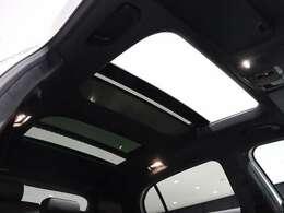 【開放的なサンルーフ】閉塞的な空間になりがちな車内の中で、開放感を与えてくれるサンルーフは大人気の装備です!