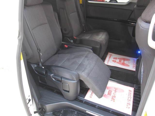 セカンドシートにはオットマンが装備で、長距離ドライブも快適ですね☆