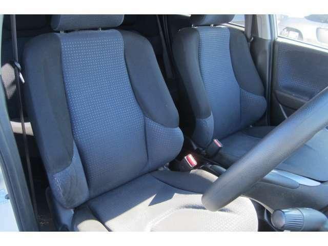 運転席のシートも汚れの付着も無くキレイな状態です!