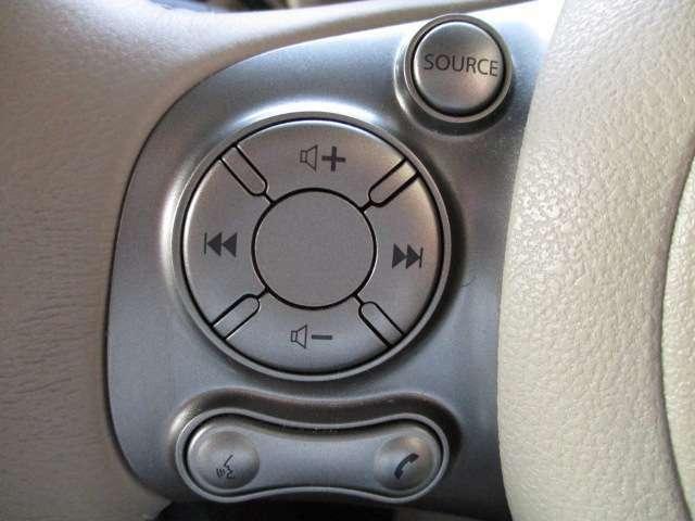 ハンドルを握ったまま操作が可能なステアリングリモコン付きです。