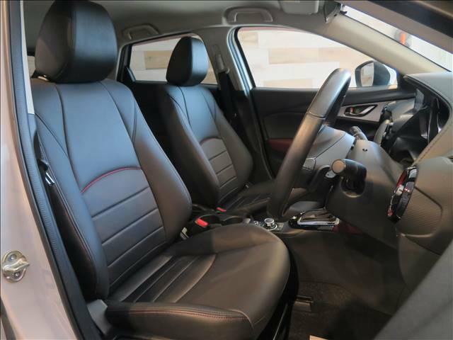 運転席はしっかりとしたスペースが確保されており、ゆったりとしたドライブが楽しんでいただけます。隅々まで綺麗に保たれたインテリアは前オーナー様の管理がしっかりと行き届いた証拠です♪