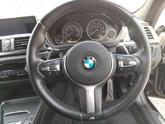 ハンドル右側についているボタン群でオーディオの操作が可能です。メーター中央に曲順等が表示されるので、運転中でも安全に、簡単に操作できます。