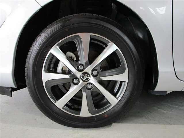 専用の洗剤で汚れを除去してコーティング。タイヤは念入りに洗った後ツヤを出しています。