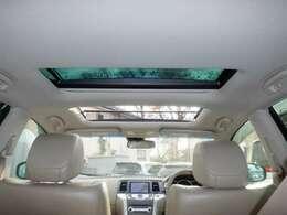 ワンタッチで開閉できる電動スライド・チルトアップ機能のほか、挟み込み防止機構まであるサンルーフ付