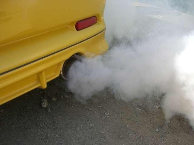 Aプラン画像:締め括りは、注入した『RECS』を気体として外に排出する作業風景。何度か空吹かしするのですが、真っ白な煙が全てを物語っておりますね。実際に、この白い煙は、エンジン内部が汚れている証拠です。