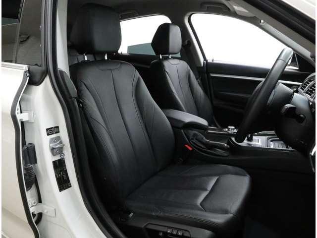 本革仕様のシートは座面長に余裕があるため、ロングドライブでも疲労感が少ない。前席はフルパワーシートを採用し、運転席は2名分のメモリー機能を内蔵しているのでとても快適です。