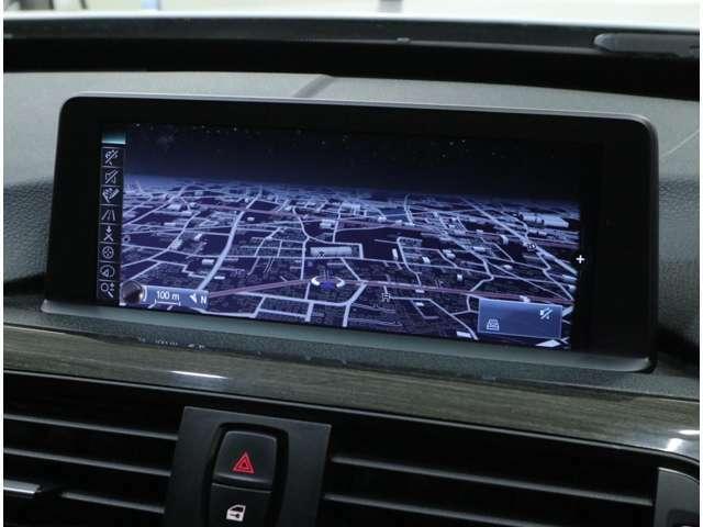 視認性に優れた8.8インチの高解像度ワイドコントロールディスプレイのiDriveHDDナビは2018年度版に更新済み。USB端子またはBluetoothにより、iPhoneなどの各種メディア接続も可能です。