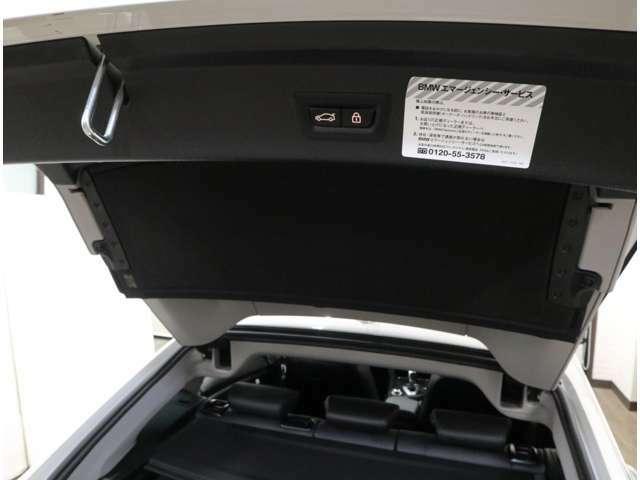 荷物で手がふさがっている時に便利な、足での操作も可能なスマートオープン&クローズ機能付きの電動開閉テールゲート。開口度を設定できるから、天井の低い駐車場や小柄な女性にも対応できます。