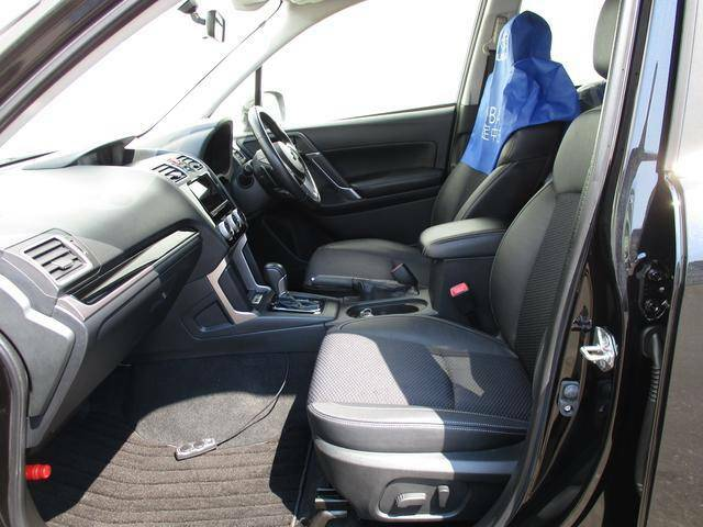 ドライバーはもちろん乗る人すべてが快適にドライブを愉しめる様にゆとりのある空間を後席にも確保しております。