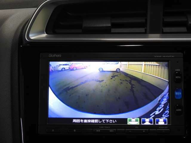 リアカメラ装備で後退時も安心です。リバース連動で画面が切り替わるのでとっても便利です。今や後方確認の必須アイテムですよね
