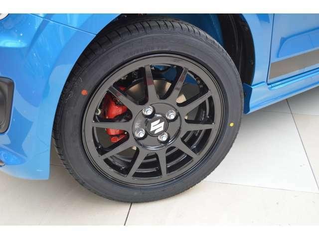 スポーツ走行を支える高性能タイヤ&アルミホイールとベンチレーテッドディスクブレーキを採用しキャリパ-にはアグレッシブな走りを予感させるレッドのカラーリングを施してます
