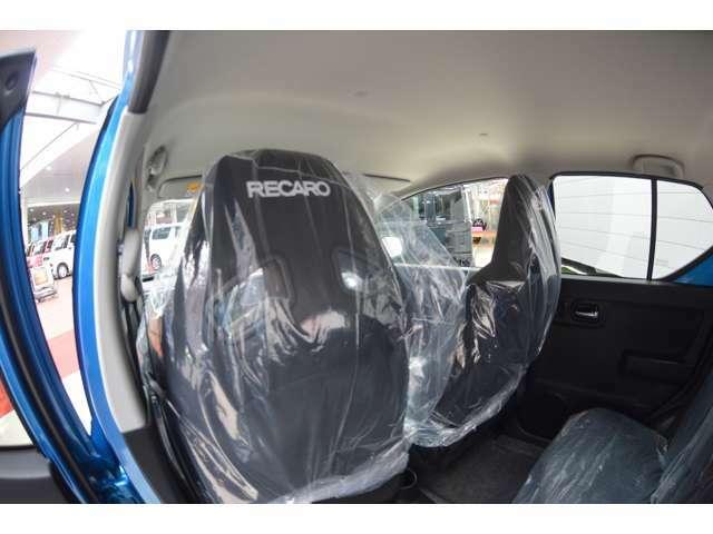 専用のRECAROシートを装備で、スポーツドライビングでの高いホールド性と、ロングドライブ時の快適性を兼ね備えております