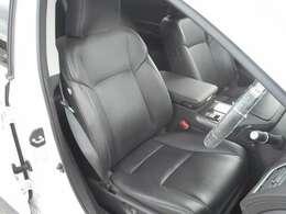 運転席は黒レザーシートです♪夏はエアコン冬はヒーター付きで快適なドライブをお約束します!