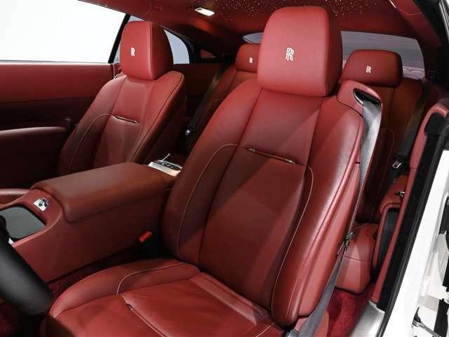 内装はConsort Red一色で上品に仕上げられております。