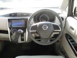 ドライバー目線で使いやすく、安全操作性と良好な視界を実現した運転席。