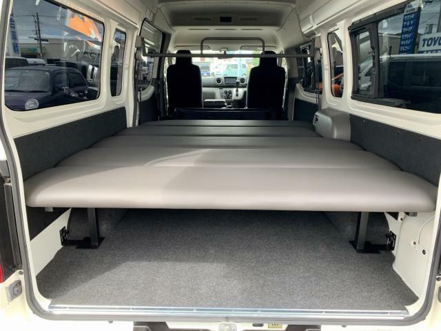 新品ベッドキット取付け致しました。高さ5段階調節(写真は1番低い位置にセットしてあります)長さ約230cm 幅170cmベッド下にたっぷり収納できますね。遊び道具満載で車中泊旅行とか楽しそうです。