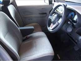 ライトグレーのシート地やドアトリムは車内を明るく見せる効果が有ります。ほとんど使用感の無いシートはまだ新しい匂いが漂っています。もちろん、禁煙です!