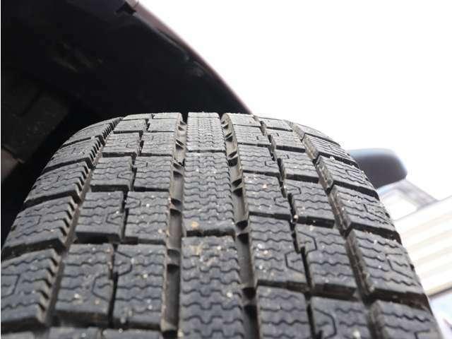 装着タイヤはスタッドレスです。タイヤの山も7分以上!安心のタイヤで楽しくドライブして下さいね♪