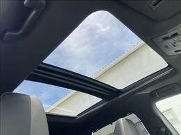 パノラマルーフで車内の開放感が高まります♪