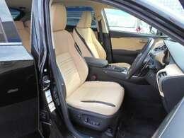 本革の風合いに近い合成皮革のエルテックスを採用したシートは、座り心地が良く、快適なシートです。フロント両席は電動式で、シートヒーターを内蔵しています。運転席には、メモリー機能もあります。