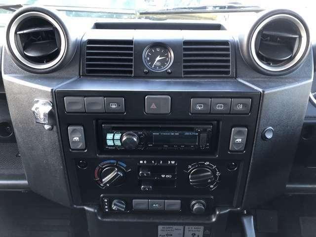 ダッシュボード中央にはエアコン、パワーウインド等のスイッチパネルがございます。