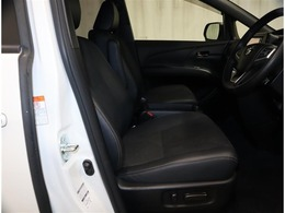 《運転席ミニバン》目線の位置も高くて運転席からの視界も良好です。シート高さ位置も調整できるので、乗りやすいですね。