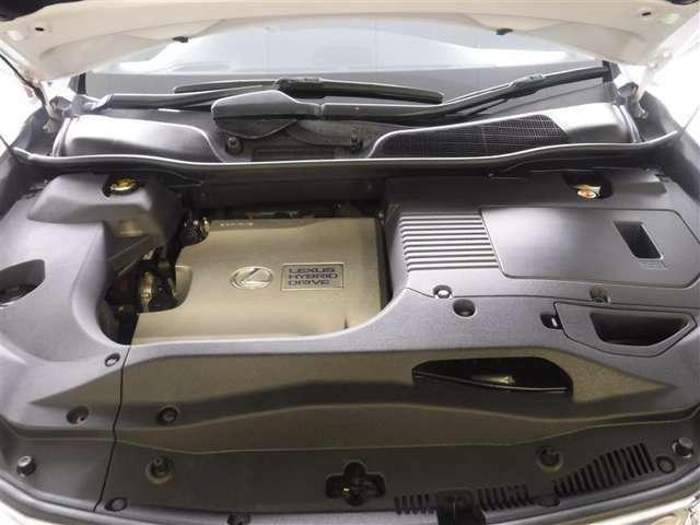 3.5Lのガソリンエンジンと高出力モーターのハイブリッドシステムを搭載しています。エンジンルーム内もクリーニング作業により、綺麗な状態に仕上がっております。