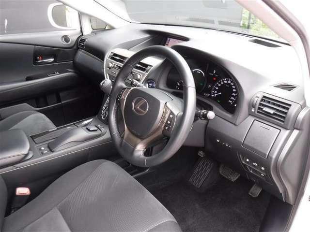 高揚感の高まる美しいインテリアデザインのコクピット。ドライビングが快適になる室内インテリアは、SUVらしさもあり、最適なドライビングポジションを実現しています。