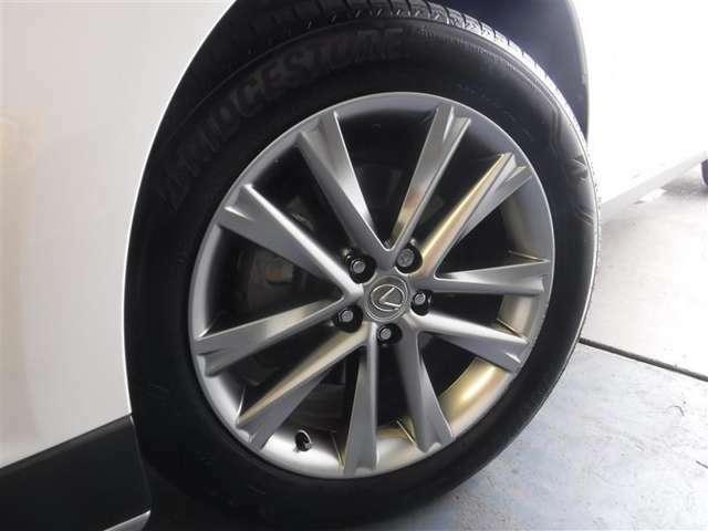 235/55R/19サイズのタイヤを装着しています。レクサス純正アルミホイールがボディーデザインと融合します。