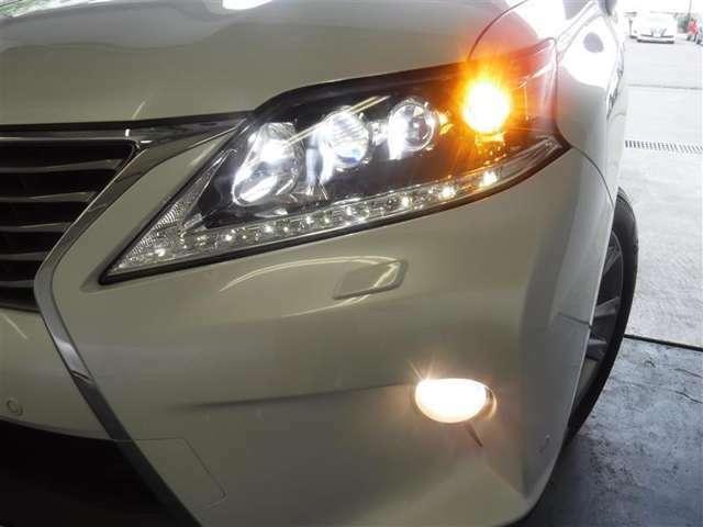 消費電力が少なく、長寿命のLEDヘッドランプ。対象物が見易い白く明るい光で夜間走行の安心感を高めてくれるアイテムです。
