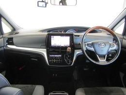 曲線美がしなやかなセンターメータで視線移動が少なく、シフトも操作しやすい位置に設置され、広々とした視界と足元はスッキリとした運転席廻りです。