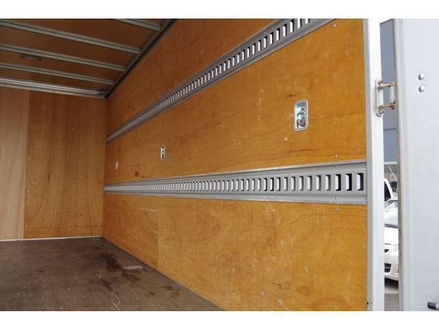 荷室左側面ビューです。荷物固定ベルト付きです。