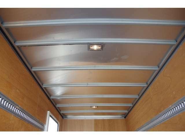 荷室天井ビューです。