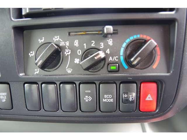 エアコン操作パネルです。操作はマニュアルです。その他、機能スイッチです。