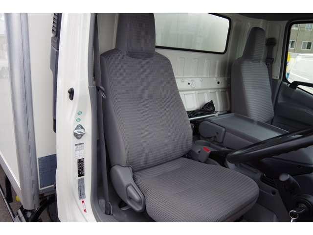 運転席シート座面・背もたれ・ドア内張り綺麗です。