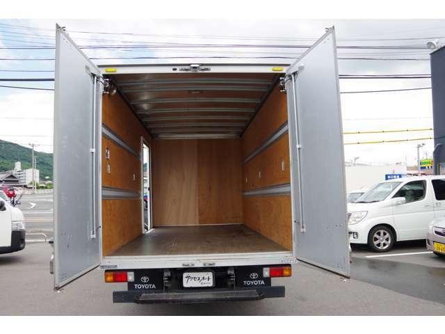 荷室ビューです。荷室寸法:長さ447cm、高さ204cm、幅206cmです。メジャーにより正確に測定しておりますが、多少の誤差はご了承下さい。