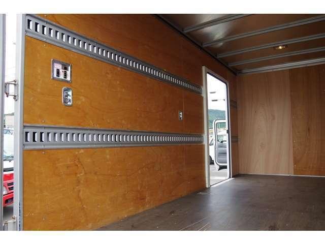 荷室右側面ビューです。上部に室内灯付き、室内灯スイッチ有ります。