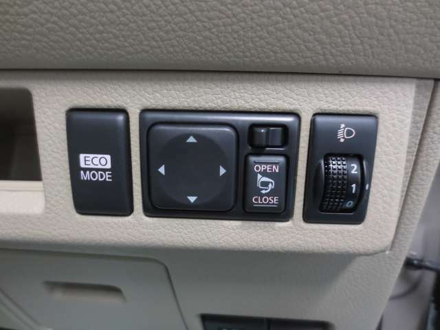 電動格納ドアミラー、ヘットライトレベライザー、エコモードの各スイッチです