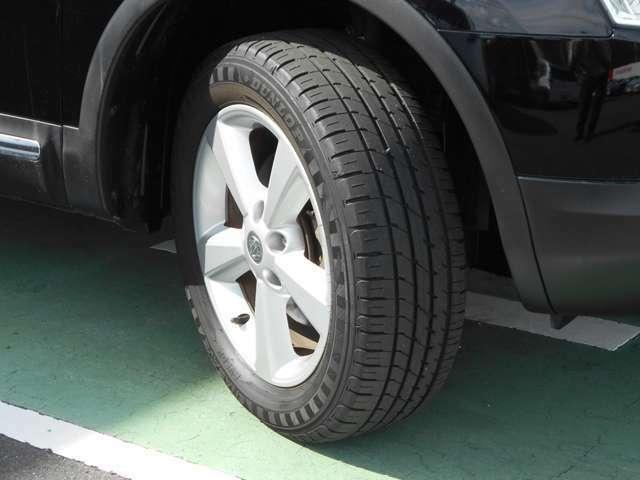 タイヤサイズは215/50R17です。