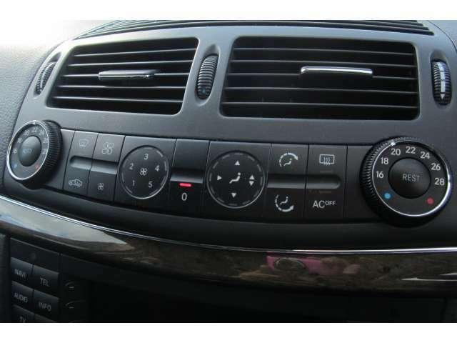 デュアル式のエアコンとなっております!運転席と助手席側で温度を変えられるので便利ですね!